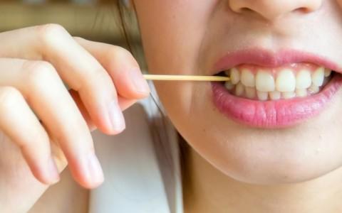 Bahaya Akibat Sering Gunakan Tusuk Gigi
